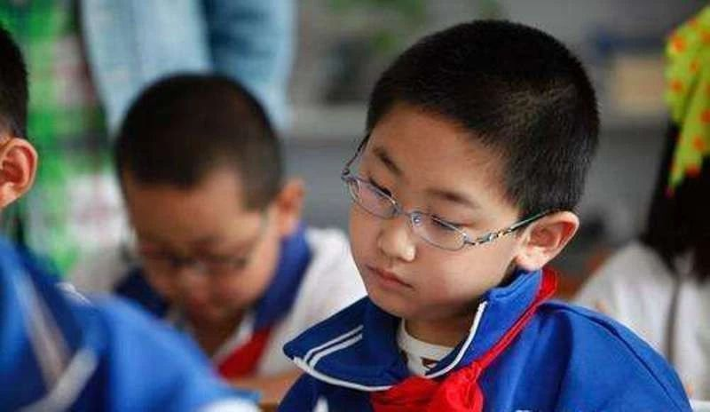 特別關註,老師家長要警惕孩子的這個用眼習慣……